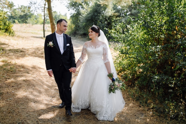 Jonge gelukkige bruidspaar. kaukasische bruid en bruidegom omarmen Gratis Foto
