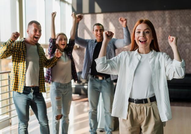Jonge gelukkige vrienden die zich in een kegelenclub bevinden Gratis Foto
