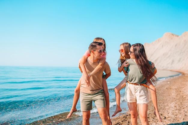 Jonge gezinnen op vakantie hebben veel plezier Premium Foto