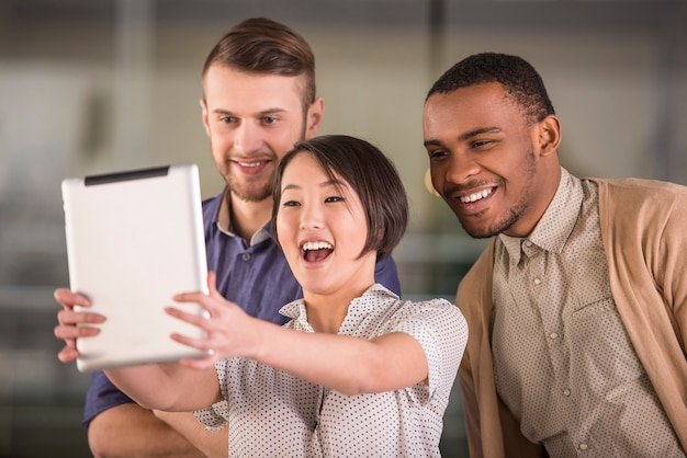 Jonge glimlachende groep bedrijfsmensen die selfie doen. Premium Foto