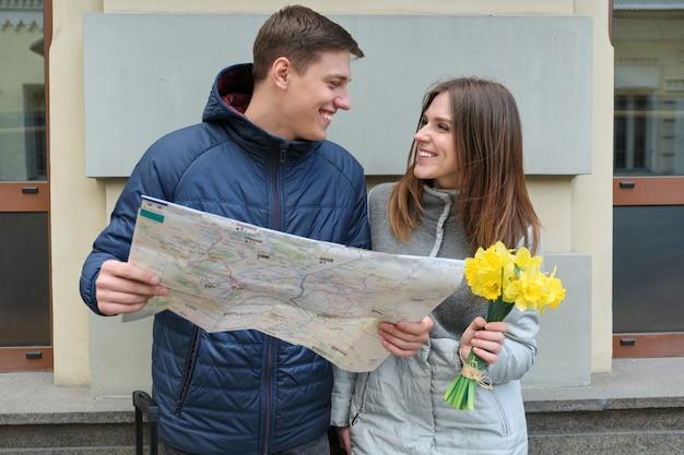 Jonge glimlachende man en vrouwenlezingskaart Premium Foto