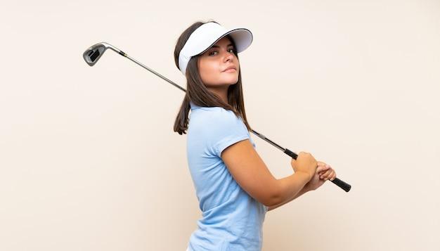 Jonge golfspelervrouw over geïsoleerde muur Premium Foto
