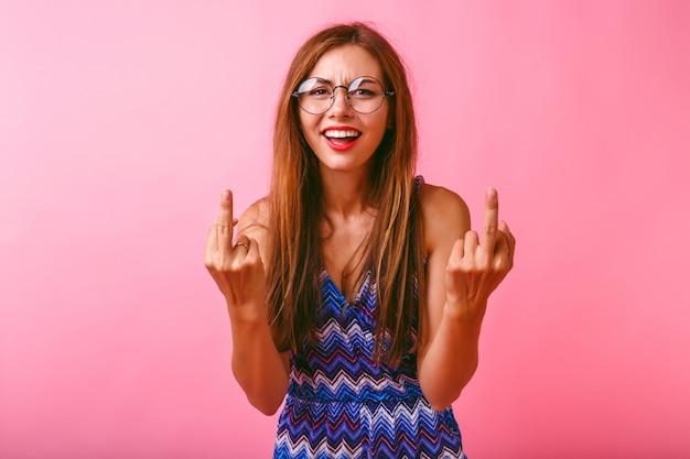 Jonge grappige hipster vrouw met twee middelste vingers Gratis Foto