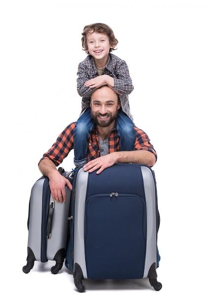 Jonge grappige vader en zoon met bagage. Premium Foto