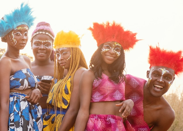 Jonge groep vrienden bij afrikaans carnaval Gratis Foto