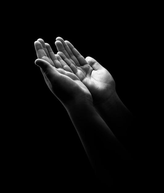 Jonge handen bidden Premium Foto