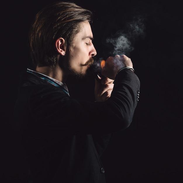Jonge heren roken een pijp Gratis Foto