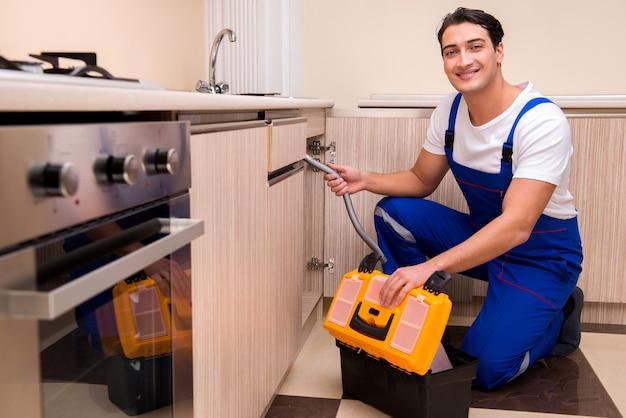 Jonge hersteller die bij de keuken werkt Premium Foto