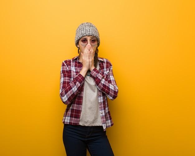 Jonge hippie natuurlijke vrouw erg bang en bang verborgen Premium Foto