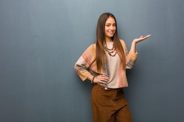 Jonge hippievrouw die iets met hand houdt Premium Foto