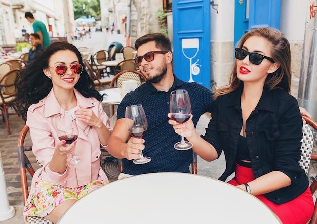 Jonge hipster gezelschap van vrienden zitten in het straatcafé van de stad Gratis Foto