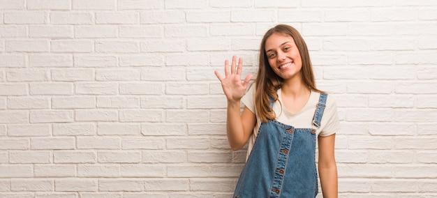 Jonge hipstervrouw die nummer vijf toont Premium Foto