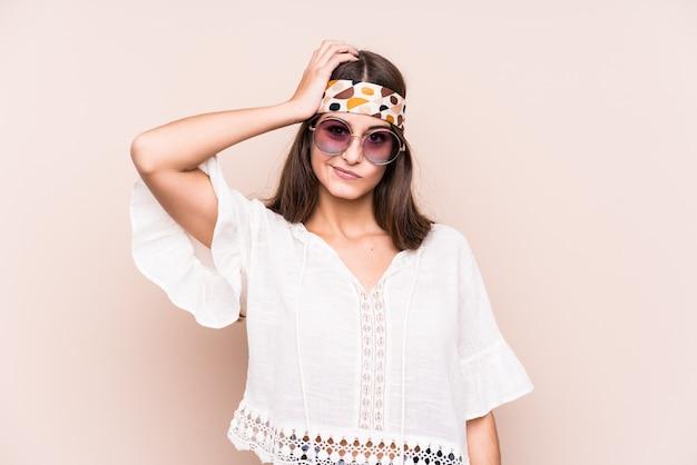 Jonge hipter blanke vrouw geïsoleerd geschokt, ze heeft belangrijke bijeenkomst herinnerd. Premium Foto