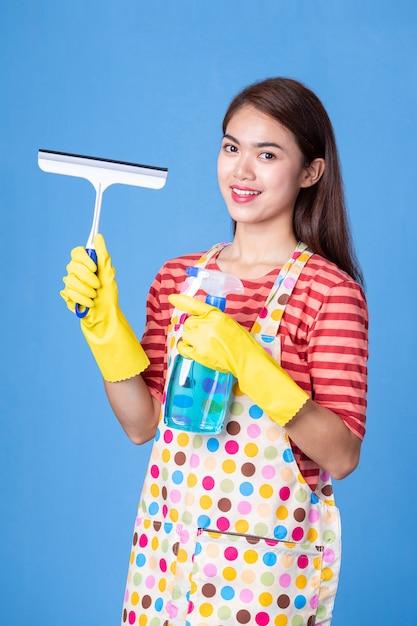 Jonge huishoudster vrouw met schoonmaak levering Gratis Foto
