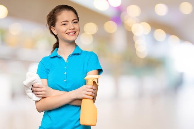 Jonge huisvrouw is klaar voor het schoonmaken Premium Foto