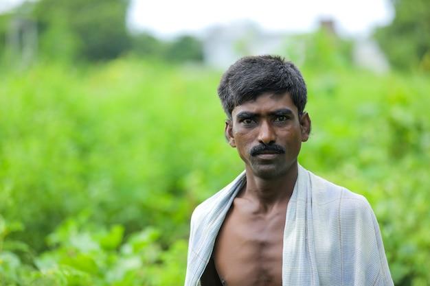 Jonge indiase arme man permanent over natuur achtergrond Premium Foto