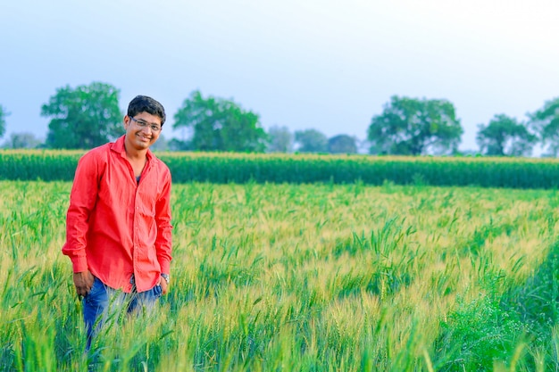 Jonge indiase boer aan het tarweveld Premium Foto