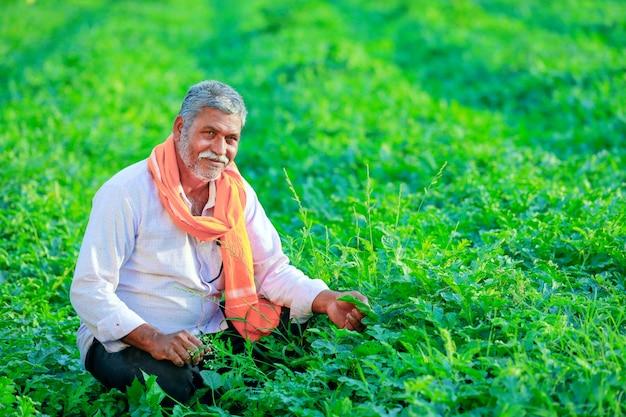 Jonge indiase boer op het veld. Premium Foto