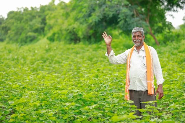 Jonge indiase boer op katoen veld, india Premium Foto