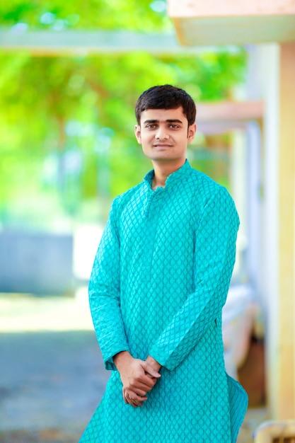 Jonge indiase man op traditionele kleding Premium Foto