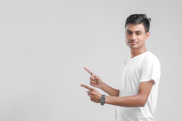 Jonge indiase student blijkt richting Premium Foto