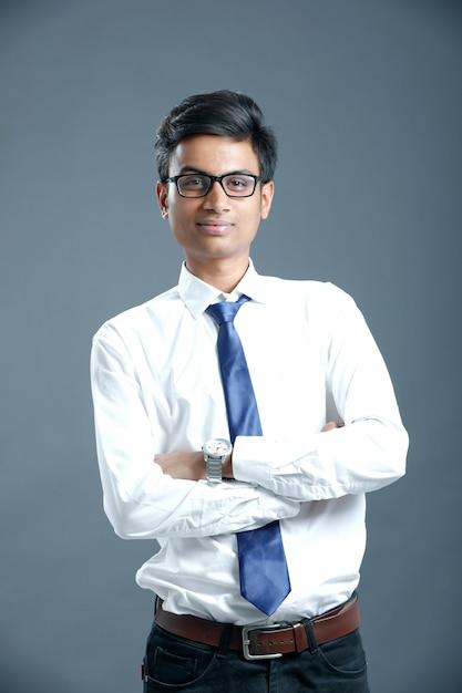 Jonge indiase werknemer Premium Foto