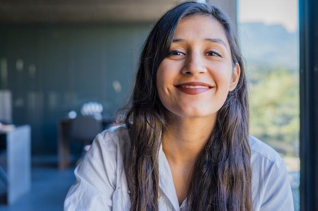 Jonge indische vrouw gelukkig in het restaurant Premium Foto