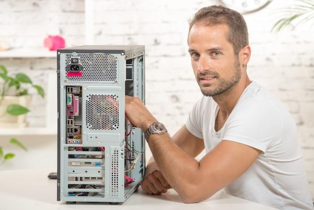 Jonge ingenieur repareerde een computer Premium Foto