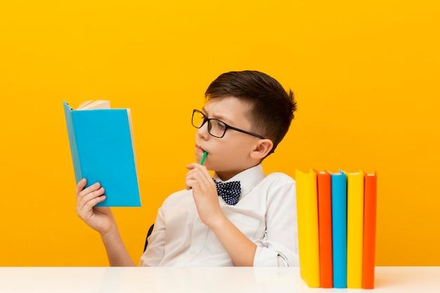 Jonge jongen leesboek Gratis Foto