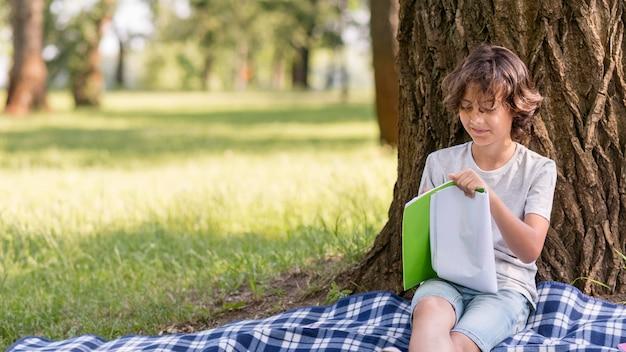 Jonge jongen lezen Gratis Foto
