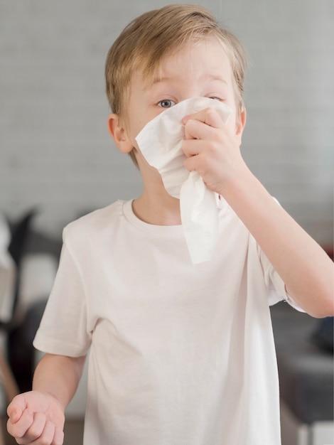 Jonge jongen waait neus Gratis Foto