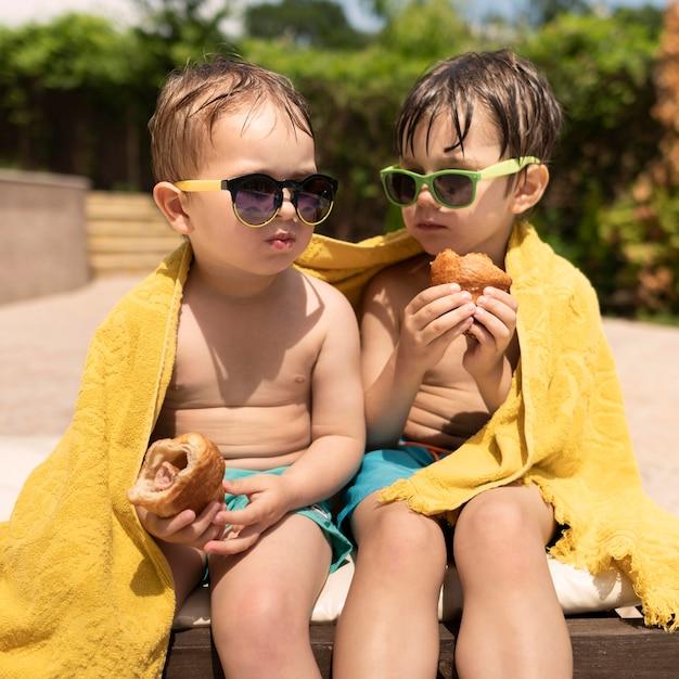 Jonge jongens eten Gratis Foto