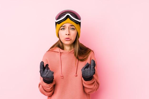 Jonge kaukasische vrouw die een geïsoleerde skikleren draagt die aantoont dat zij geen geld heeft. Premium Foto