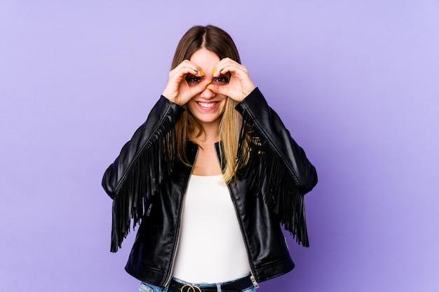 Jonge kaukasische vrouw die ok teken over ogen toont Premium Foto