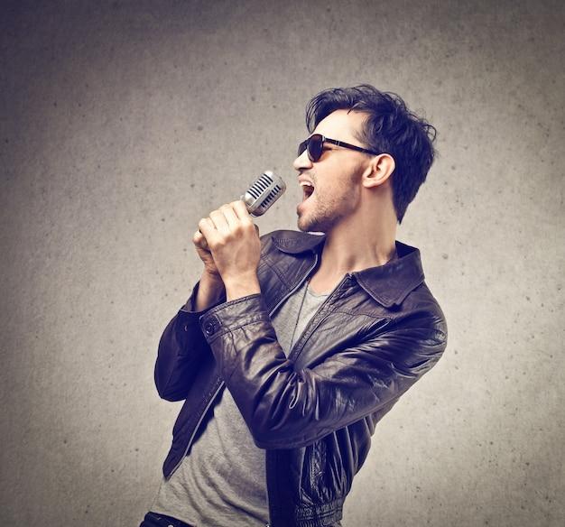 Jonge kerel zingt Premium Foto