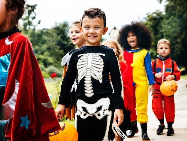 Jonge kinderen bedriegen of behandelen tijdens halloween Gratis Foto