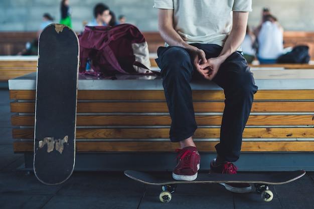 Jonge klassieke skateboard rijder dicht koelen in de straat levensstijl. Premium Foto