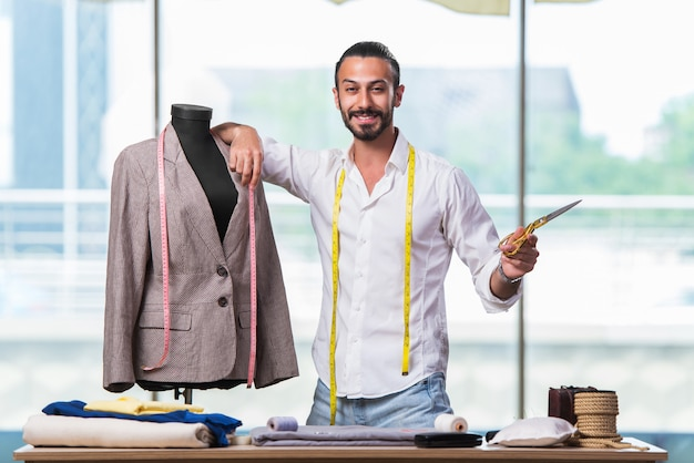 Jonge kleermaker die aan nieuw kledingontwerp werkt Premium Foto
