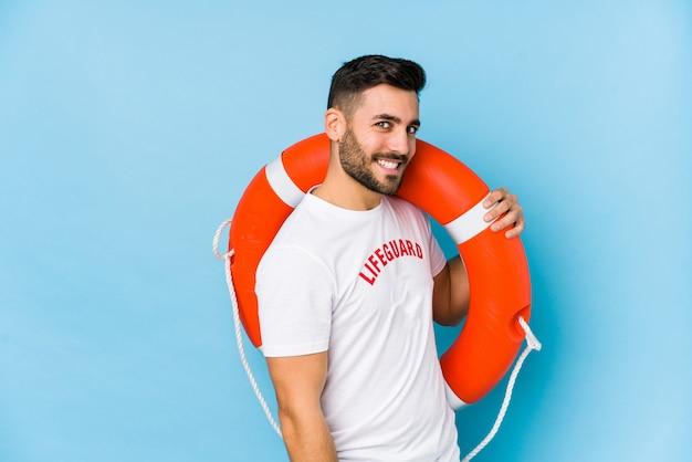 Jonge knappe badmeester man isoalted kijkt opzij lachend, vrolijk en aangenaam. Premium Foto