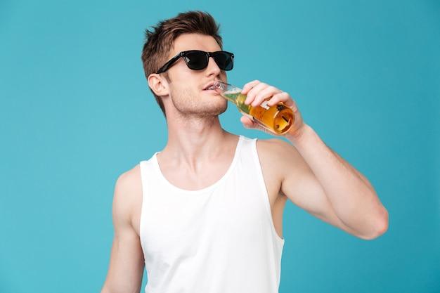Jonge knappe man bier drinken Gratis Foto