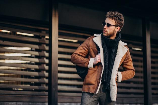 Jonge knappe man in een straat outfit Gratis Foto
