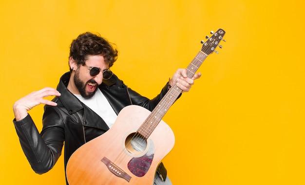 Jonge knappe muzikant man Premium Foto