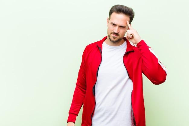 Jonge knappe sport man of monitor gevoel verward en verbaasd Premium Foto