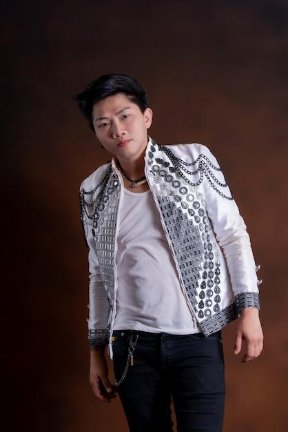 Jonge knappe zanger man in casual kleding Gratis Foto