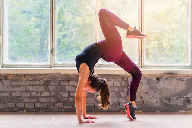 Jonge koele aantrekkelijke vrouw het praktizeren yoga Gratis Foto