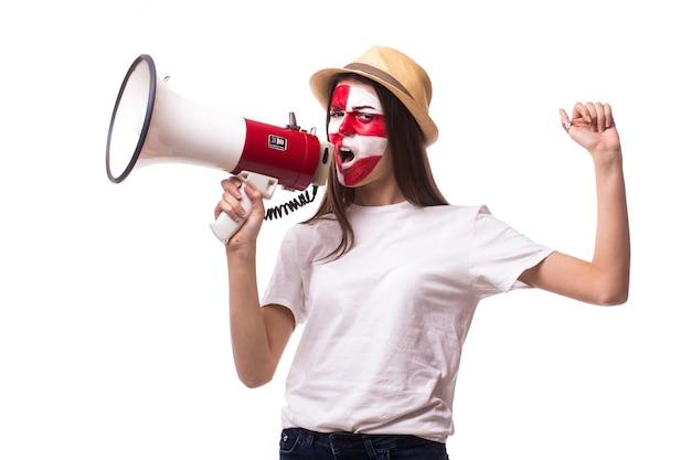Jonge kroatische voetbalfan met megafoon solated op witte muur Gratis Foto