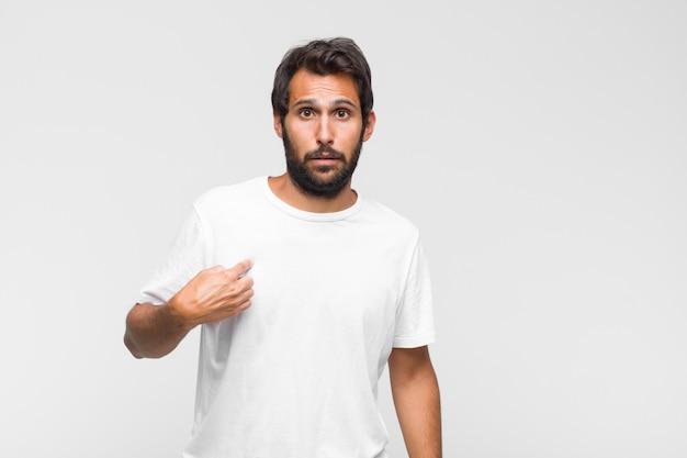 Jonge latijnse knappe man die gezicht bedekt met beide handen en zegt nee tegen de camera! afbeeldingen weigeren of foto's verbieden Premium Foto
