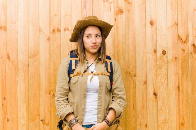 Jonge latijnse ontdekkingsreizigervrouw Premium Foto