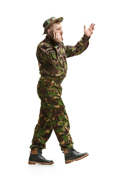 Jonge legermilitair die geïsoleerde camouflage eenvormig draagt Gratis Foto