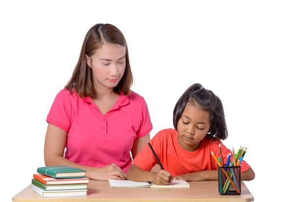 Jonge leraar die kind met het schrijven van les helpt die op wit wordt geïsoleerd Premium Foto